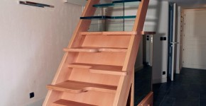 01 –  Escalier en frêne et meubles en sapin (Teinté)