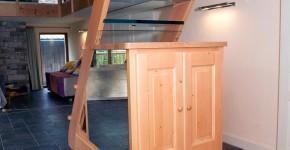02 – Escalier en frêne et meubles en sapin (Teinté)