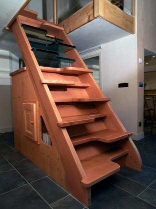 03 – Escalier en frêne et meubles en sapin (Teinté)