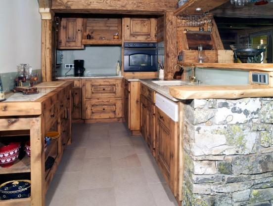 05 – Cuisine – imitation vieux bois – agencement vieux bois et pierre collaboration M. Frédéric Gunié – Artisan