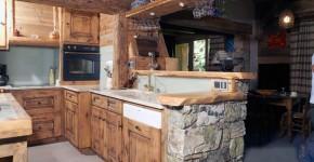 06 – Cuisine – imitation vieux bois – agencement vieux bois et pierre collaboration M. Frédéric Gunié – Artisan
