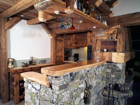 07 – Cuisine – imitation vieux bois – agencement vieux bois et pierre collaboration M. Frédéric Gunié – Artisan